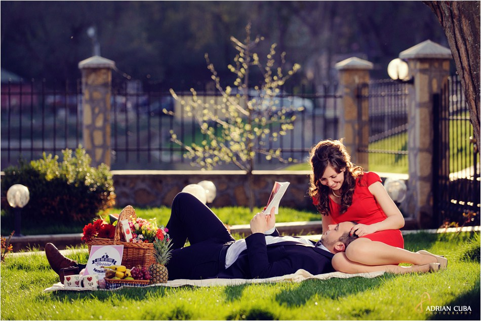 Tineri la sesiune foto logodna la picnic in natura, la Iasi.